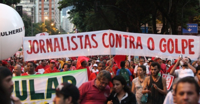 18mar2016---manifestantes-erguem-faixa-onde-se-le-jornalistas-contra-o-golpe-em-ato-a-favor-da-democracia-e-contra-o-impeachment-da-presidente-dilma-rousseff-na-regiao-central-de-belo-horizonte-mg-1458348025068_956x500